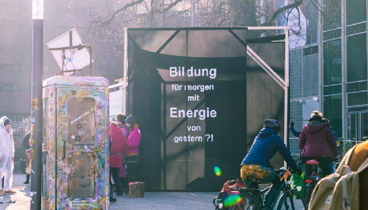 Denkmal zum Klimaschutz - 64 Kubikmeter Würfel vor dem Hörsaalzentrum